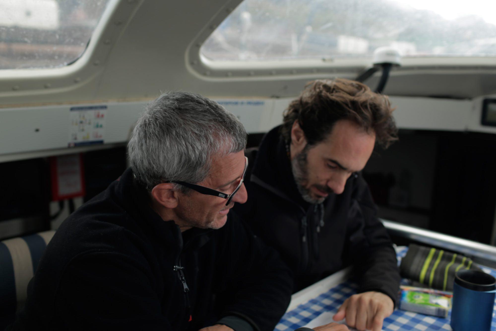 Albert Bargués mirando la carta náutica junto al escritor y guionista Javier Argüello